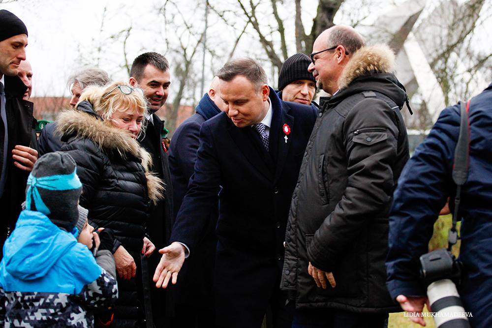 Prezydent Polski Andrzej Duda podaje rękę dziecku / Lidia Mukhamadeeva /REPORTER